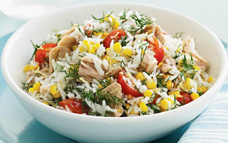 салат с тунцом консервированным, кукурузой, рисом
