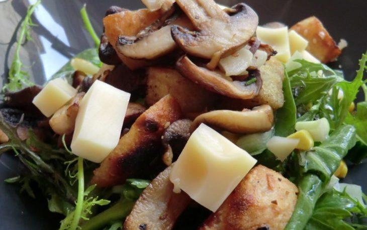 салат с шампиньонами жареными и кукурузой