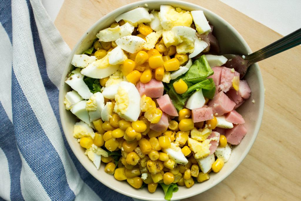 Простые рецепты салатов с консервированной кукурузой