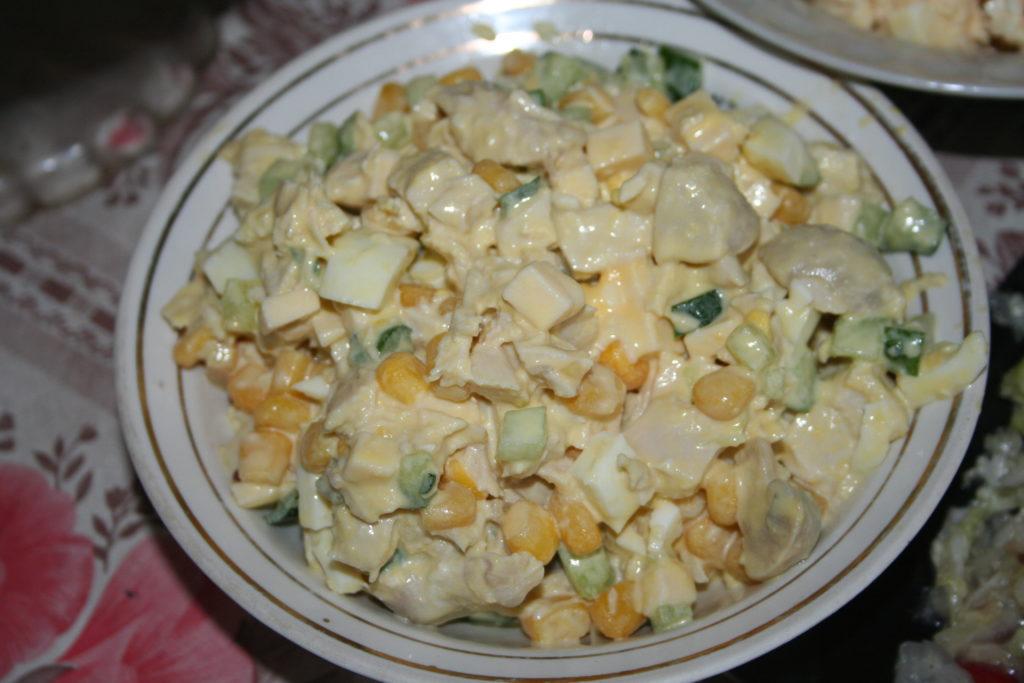 Популярные рецепты салатов с грибами и кукурузой