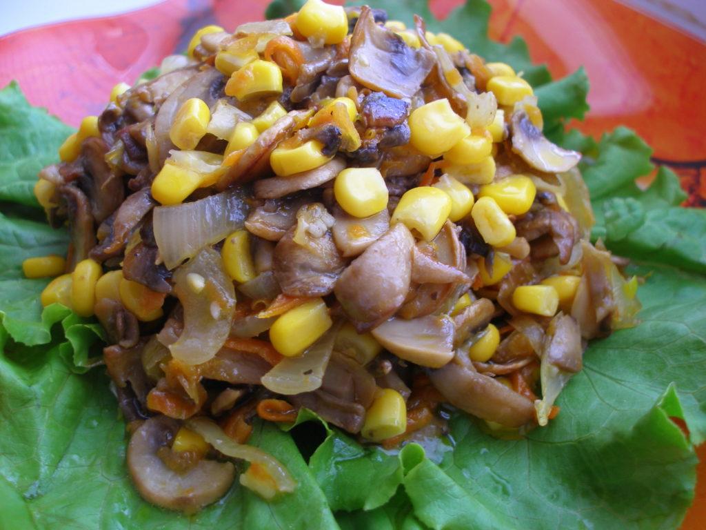 Простые и вкусные салаты с грибами и кукурузой