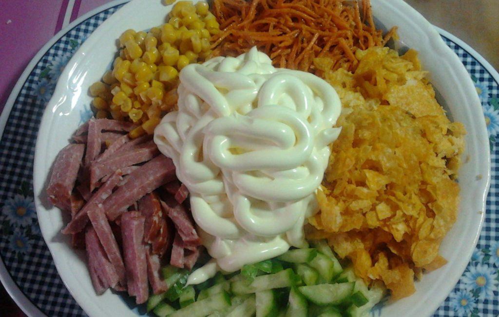 Рецепты салатов с копченой колбасой, морковью и кукурузой