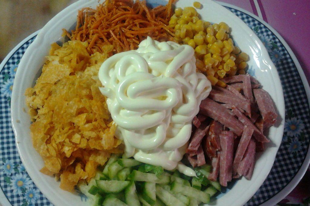 Рецепты салатов с ветчиной, кукурузой и морковью, капустой, горошком