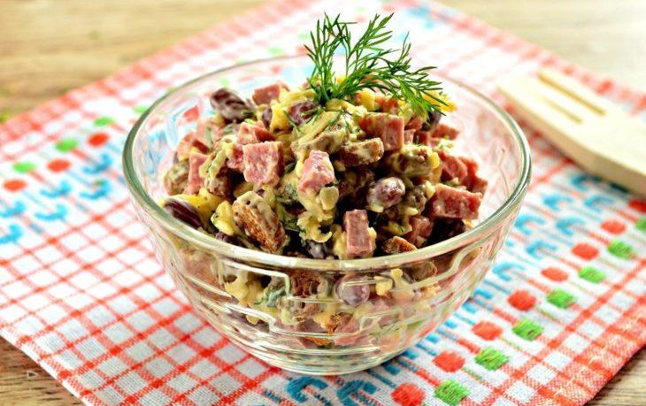 салат с фасолью, кукурузой, колбасой