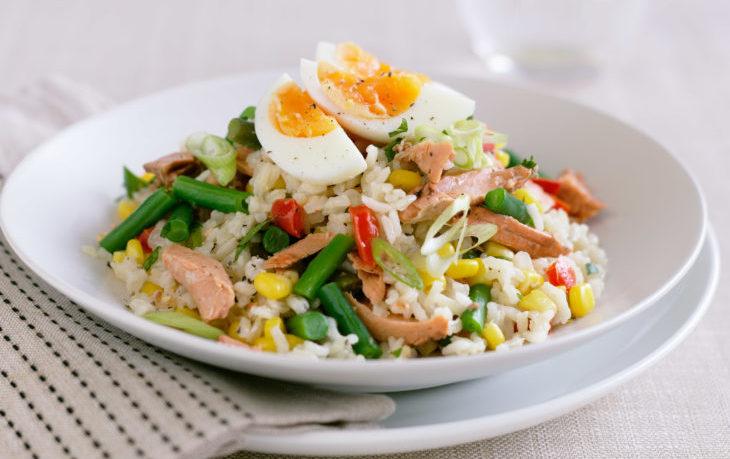рыбный салат с кукурузой и яйцом
