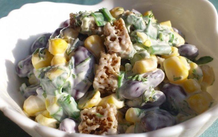 быстрый салат с кукурузой, фасолью, сухариками