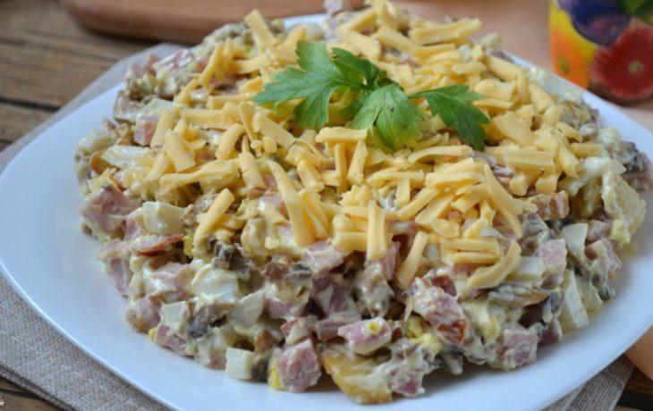 салат с ветчиной, сыром, грибами, кукурузой