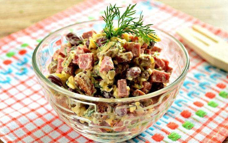 салат с кукурузой, фасолью, сухариками, чесноком