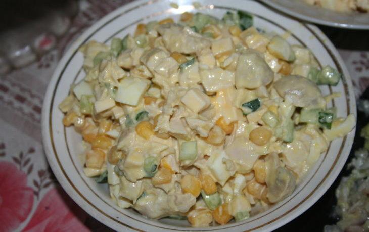 салат с грибами, кукурузой, яйцами