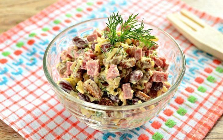 салат с кириешками и кукурузой