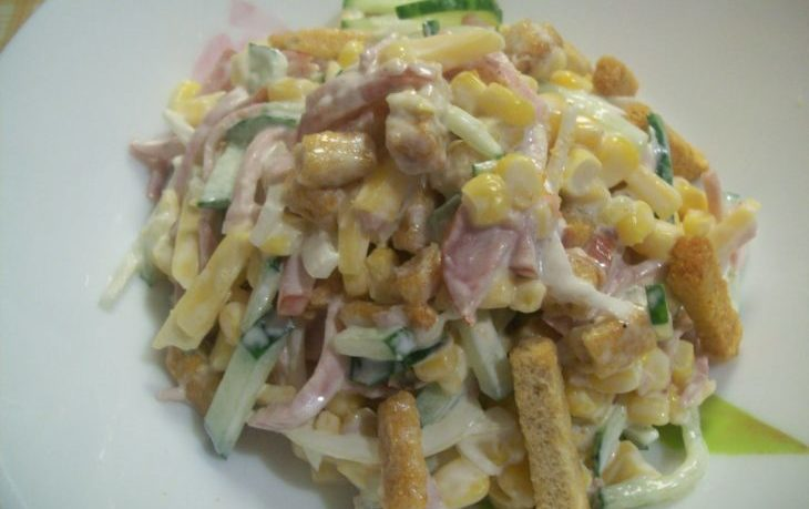 салат с кукурузой, сухариками, чесноком