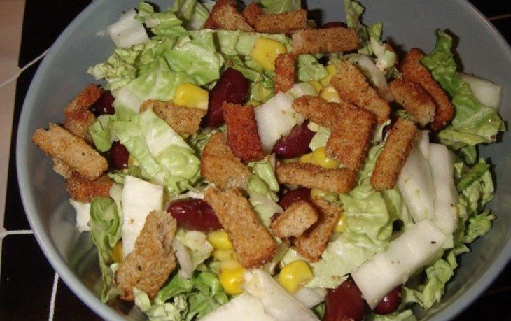 салат с кириешками, помидорами, кукурузой