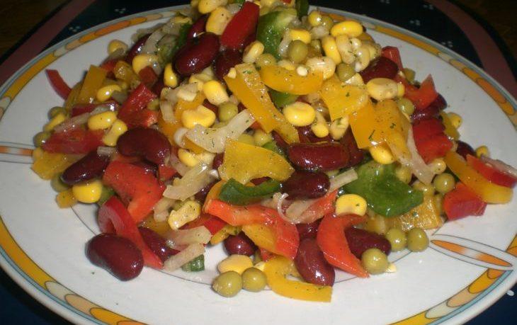 салат с кукурузой, фасолью, грибами, горохом