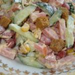 Рецепты салатов с фасолью, сухариками, кукурузой и колбасой