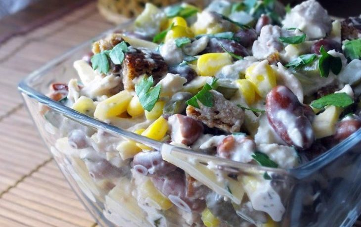 салат с фасолью, сухариками, кукурузой, сыром