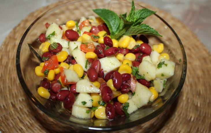 салат с красной фасолью, кукурузой, помидором
