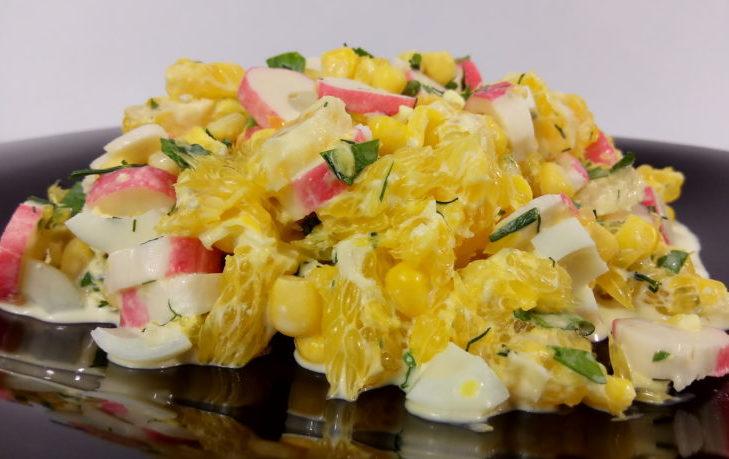 салат с яйцом, апельсином, кукурузой