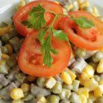 Салаты с грибами, кукурузой и горошком, сыром, маслинами, мясом