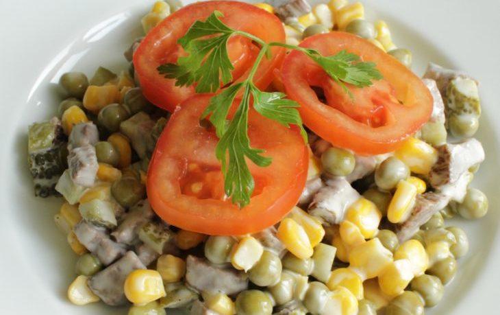 салат с солеными грибами и кукурузой