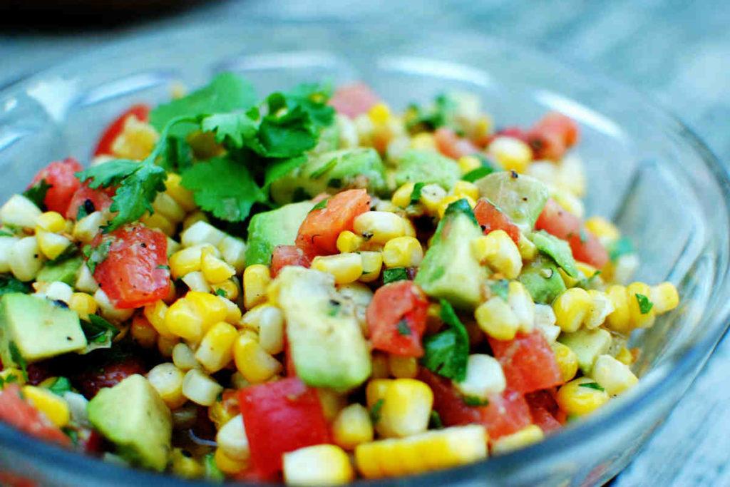 Популярные рецепты овощных салатов с кукурузой
