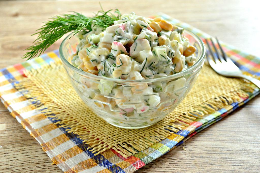 Рецепты крабовых салатов с кукурузой и копченой грудкой, чесноком
