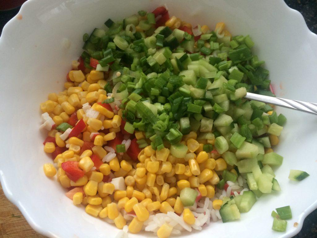 Рецепты крабовых салатов с кукурузой и огурцом, киви, мандарином