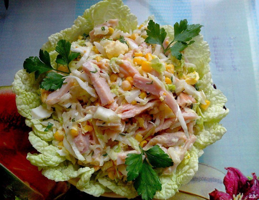 Праздничные рецепты мясных салатов с кукурузой