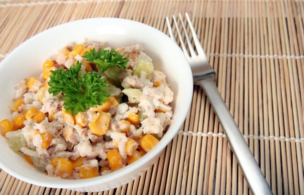 Салаты с кукурузой и копченым, плавленым, колбасным сыром