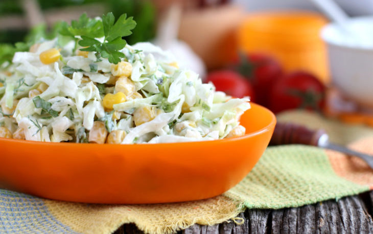 салат с капустой, кукурузой, сметаной