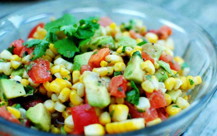 салат с кукурузой и овощами