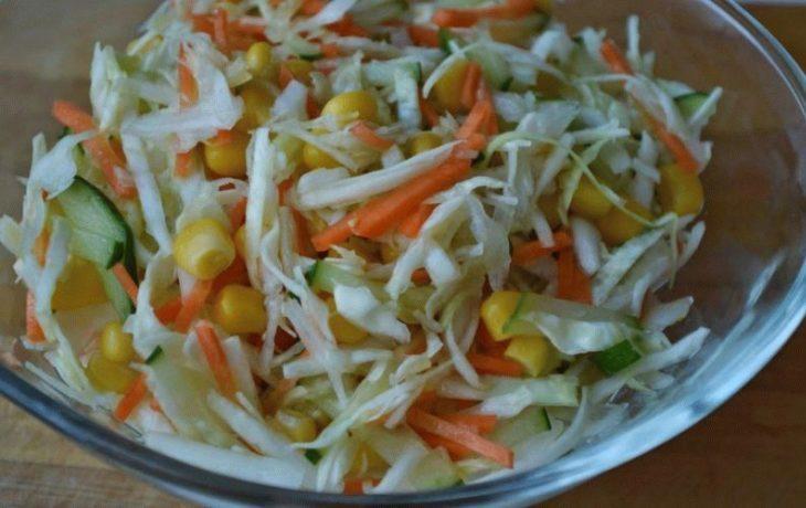 салат со свежей капустой, морковью, кукурузой