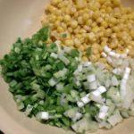Популярные рецепты салатов с кукурузой и луком