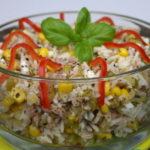 Салаты с рисом, кукурузой и капустой, колбасой, сыром