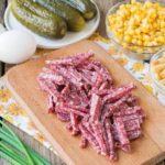Рецепты салатов с кукурузой, сухариками и колбасой