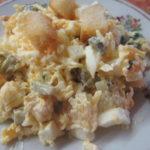 Салаты с кукурузой, сыром и сухариками, колбасой