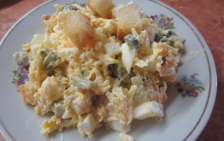 салат с сыром, яйцами, кукурузой, сухариками