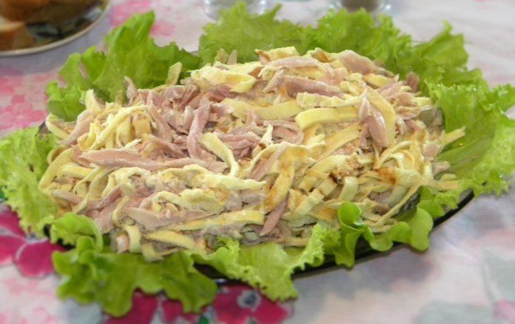рецепт салата с омлетом и кукурузой