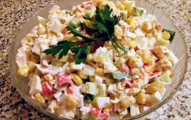 салат с красным перцем и кукурузой