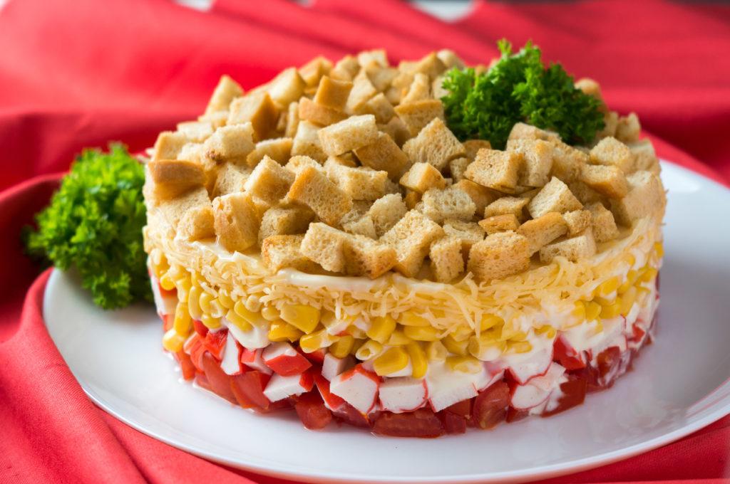 Рецепты салатов слоями с кукурузой