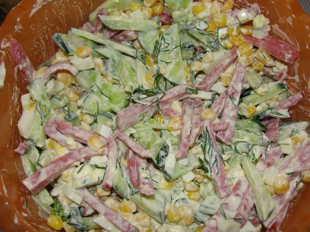Праздничные рецепты салатов с кукурузой и колбасой