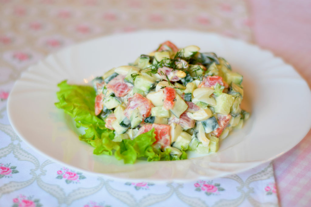 Рецепты салатов с кукурузой и семгой, скумбрией, сельдью