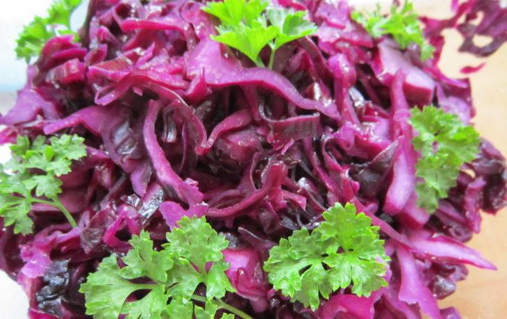 салат с краснокочанной капустой и кукурузой