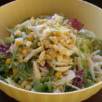 Салаты с консервированной кукурузой и яйцами, сухариками, горошком, капустой