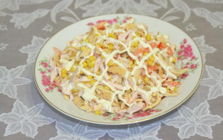 салат из помидор, кукурузы и яиц