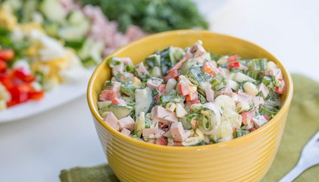 Рецепты салатов с кукурузой: Оливье, Нежность, Одуванчик