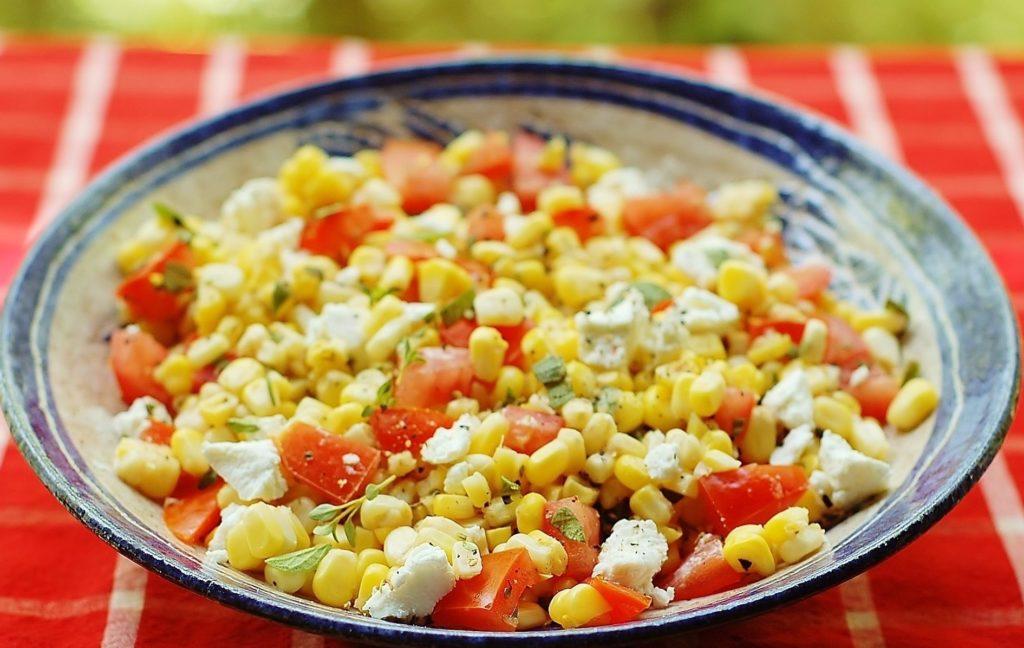 Салаты с консервированной кукурузой и сыром, морковью, помидорами