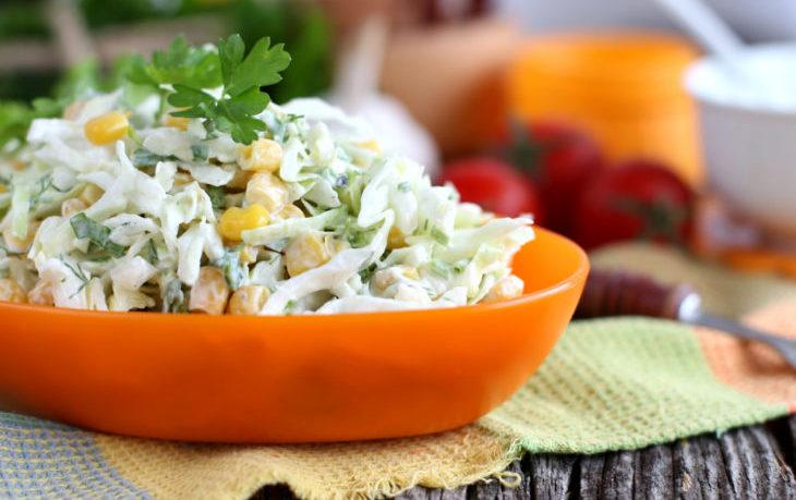 Популярные рецепты салатов с кукурузой и капустой