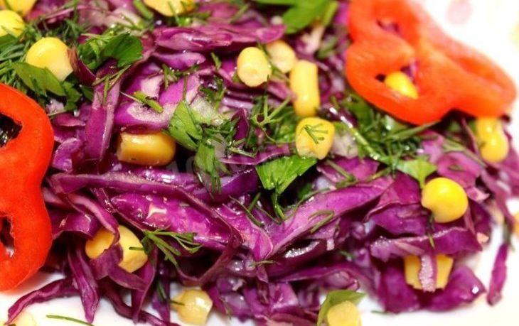 Рецепты салатов с кукурузой и красной, квашеной, маринованной капустой