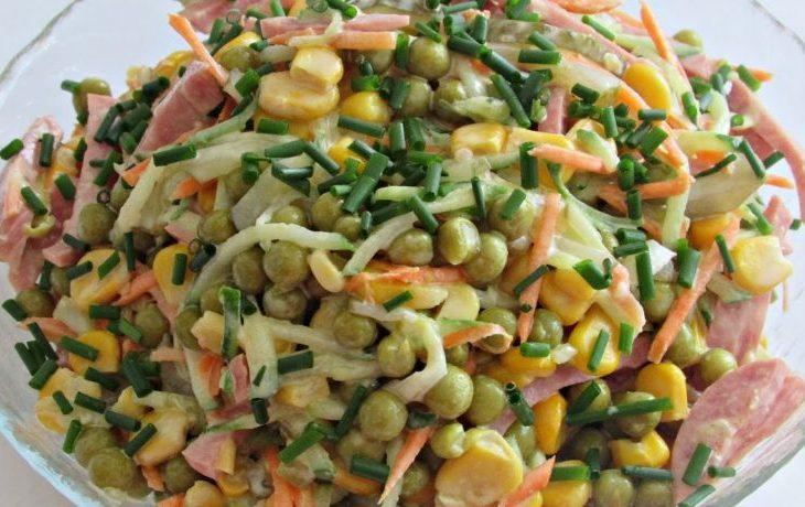салат с кукурузой, зеленым горошком, колбасой