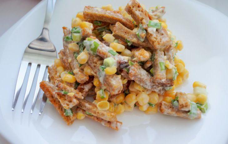 салат из сухариков и кукурузы рецепт
